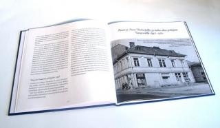 Auno ja Mauri Riutun 30-vuotishistoriikkikirjan aukeama