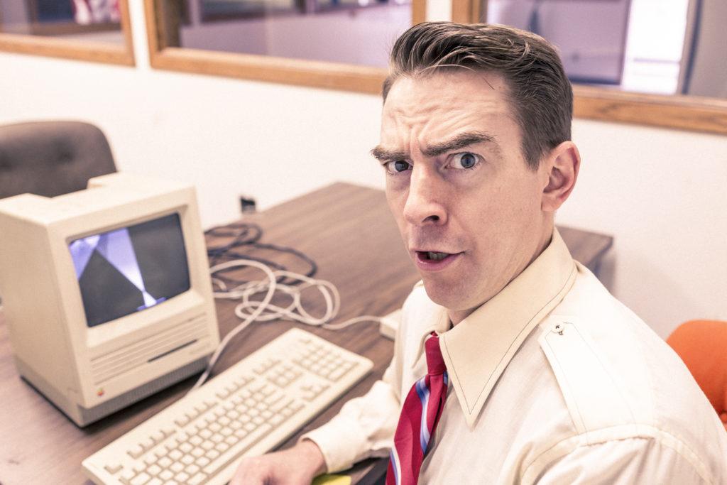 Kuvituskuva: mies tietokoneen ääressä.