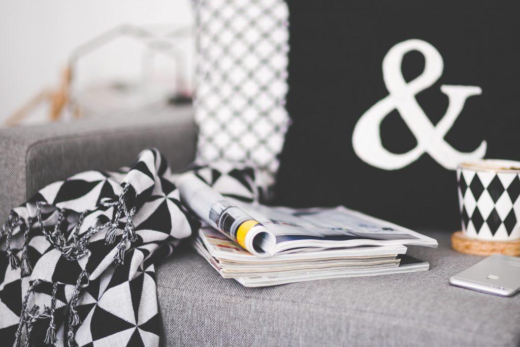 Kuvituskuva: pino lehtiä sohvalla